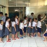 C&Gのソフトを食べる小学生